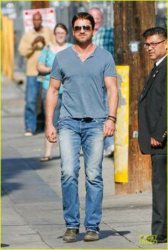 GB - GerryParaSempre: Gerard Butler acena para os fãs ao chegar no show Jimmy Kimmel Live, na última terça-feira (10 de junho), em Hollywood.