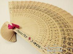 Leque com estampa floral para a Maria Flor em seus 3 aninhos. Veja mais em www.personalizamadeira.com.br