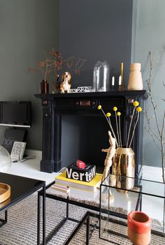 HOME VISIT The Dutch interior magazine VT Wonen is one I really like to read when I get my hands on it. Black Fireplace, Fireplace Mantels, Fireplaces, Decorating Your Home, Interior Decorating, Interior Design, Decorating Ideas, My Living Room, Home And Living