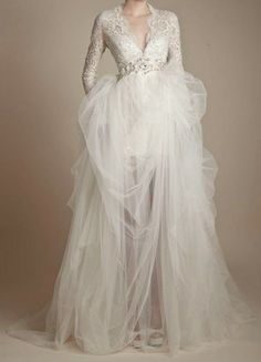 Love a long-sleeved wedding dress (I think more women need to choose them) <3
