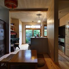 リノベーション前の古い家の扉で使われていた装飾ガラスそれを照明や扉に再利用したのが昭和ガラスの家 . キッチンアイランドカウンターの上には種類の装飾ガラスを使ったステンドグラスのペンダントライトを製作しました古い家の良さを活かし新しいステンレスキッチンとの間にも調和している照明器具です
