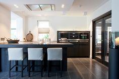 Keuken in dikfineer gezandstraald zwart gelakt, composiet werkblad. Made by Het Culemborgs Keukenhuis