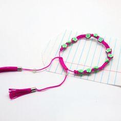Armband Hanna Neon green pink NOI home & fashion   Colour up you life - mit diesen farbenfrohen Armbändchen. Grüne Steinchen in Form eines Blümchen in Kombination mit dem kontrastfarbenen Bändchen machen es besonders. Es lässt sich in seiner Grösse verstellen und am Ende des Bändchens baumeln Mini-Troddeln.   Maße: Größe verstellbar  Material: Polyester mit Perlen #NOIhamburg #armband #troddeln #fashion #girlstyle #schmuck