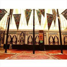 محرم گردی در پایتخت ... تکیه سادات اخوی یکی از قدیمی ترین تکیه های تهران  در مراسم عزاداری امام حسین(ع) زنان در وسط تکیه نشسته و تعداد محدودی از مردان نیز در بالای تکیه قرار دارند. یک نوحه خوان و روضه خوان ضمن بیان مسائل شرعی به روضه خوانی و مداحی در وسط جمع می پرداخت و در مواقع دیگر تعزیه نیز در این تکیه برگزار می شد.  یکی از ویژگی های این مراسم در تکیه سادات اخوی این است که در دو طرف مکان برگزاری مراسم جایگاه شاهزادگان وجود داشت و سادات اخوی مورد احترام دولت وقت بودند. در این تکیه نقش و…
