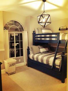 donkerblauw bed met beige/taupe muur