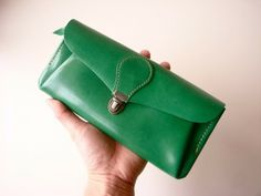 It is the wallet of goat leather of April beautiful green color. http://www.iichi.com/listing/item/248761