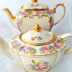Sadler teapots - two different shapes but same pattern. Both teapots are full size 💖 Tea And Crumpets, Stoke On Trent, Chocolate Pots, Vintage China, Different Shapes, Afternoon Tea, Tea Time, Tea Pots, Pottery