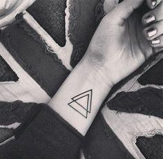 Tatouage poignet triangle. D'autres tatouages > http://www.elle.fr/Beaute/Maquillage/Tendances/Tatouage-poignet/Tatouage-poignet-triangle
