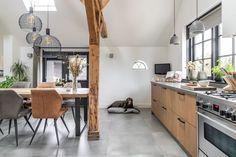 Kijk de hond genieten in de ruime leefkeuken Interior Design, Kitchen, Table, Furniture, Home Decor, Nest Design, Cooking, Decoration Home, Home Interior Design