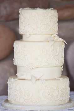 The pure elegant simplicity of a white wedding cake is not only for the minimalist bride.it is gorgeous regardless of your wedding style. Here are twenty gorgeous white wedding cakes to drool over. 3 Tier Wedding Cakes, White Wedding Cakes, Lace Wedding, Our Wedding, Destination Wedding, Dream Wedding, Wedding Yellow, Trendy Wedding, Blog Renata