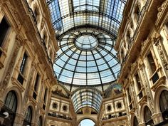 Milan is the fashion capital of Italy. The place where chic, modern, sophisticatedly dressed people gather. Before we see the well dressed ones, yeah you guessed it! Tourists flood the Duomo, Galle...