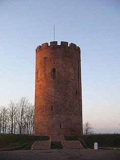 Tower of Kamyanets.jpg Bielorrusia. La Torre Blanca de Kamenets (Belaya Vezha), en la región de Brest, Bielorrusia, esta edificación es tan importante para la gente de este país que la han propuesto muchas veces para ser Patrimonio Mundial. Es la única fortificación militar en pie desde que fue construida entre 1276 y 1288,  La torre se alza a orillas del río Liesnaya dominando todo el paisaje con sus 30 metros de alto. Desde 1960 funciona en su interior un Museo de Arqueología e Historia…