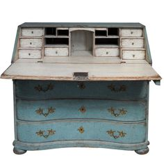 antique writing desk: very design and decoration de casas Blue Painted Furniture, Chalk Paint Furniture, White Furniture, Antique Furniture, Furniture Plans, Gothic Furniture, Painted Desks, Repainting Furniture, Furniture Storage
