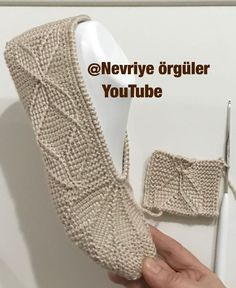 A) 25 Beginner Knitting Projects Knitting can be intimidating if you've never done it before, but th Beginner Knitting Projects, Knitting For Beginners, Knitted Slippers, Crochet Slippers, Crochet Baby, Knit Crochet, Drops Baby, Afghan Stitch, Tunisian Crochet