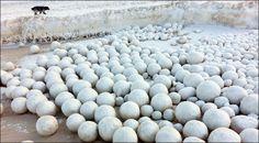 Las misteriosas esferas de hielo en una playa siberiana. MAtemolivares