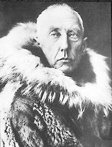 Gemessen an den bei seinen Expeditionen erreichten Zielen ist Roald Amundsen der erfolgreichste Entdeckungsreisende in Arktis und Antarktis. Er durchfuhr als erster die Nordwest- und nach Adolf Erik Nordenskiöld auch die Nordostpassage und erreichte am 14. Dezember 1911, vor seinem britischen Rivalen Robert Falcon Scott, mit vier Begleitern als erster Mensch den geographischen Südpol.