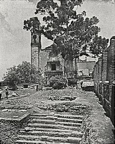 """En 1527 se inauguró la primera iglesia en Tlatelolco, la cual fue construida con las piedras del Templo Mayor prehispánico. La iglesia se dedicó a Santiago, el santo patrono de las huestes de Cortés, y quedó al cuidado de los franciscanos. En un principio la iglesia era de una sola nave y para 1540, como lo menciona Motolinía, ya """"tenía tres naves"""", lo que indica que era la segunda edificación. En 1573 se inició la tercera construcción bajo la dirección de Fray Francisco de Gamboa, la cual…"""