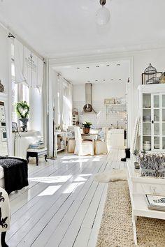 Wohnzimmer mit weißen Dielen