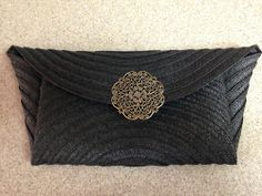 INTERESTING SIDE FOLDS - Placemat clutch! Crochet Clutch Bags, Diy Clutch, Diy Purse, How To Make Handbags, Purses And Handbags, Clutch Pattern, Diy Fashion Accessories, Knitted Bags, Handmade Bags