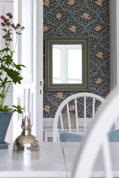 The wallpaper pattern Tulippa from Boråstapeter Dining Room Inspiration, Interior Inspiration, Interior Decorating, Interior Design, Wall Patterns, Scandinavian Design, Decoration, Modern Architecture, Planer