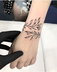 40 Simple Unique Tattoo Ideas Designs For You: Mini Tattoos, Simple Tattoos, Beau . Form Tattoo, Tattoo Diy, Chic Tattoo, Shape Tattoo, Henna Tattoo Designs, Floral Tattoo Design, Tattoo Floral, Web Tattoo, Mini Tattoos