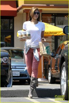 Suits you to a tee! Eva Mendes looks effortlessly cool in casual jeans and white T-shirt - - Casual clothing: Actress Eva Mendes stepped out in Studio City, California yesterday Source by shesariel Lässigen Jeans, Casual Jeans, Casual Outfits, Cute Outfits, Pink Jeans, Comfy Casual, Casual Clothes, Eva Mendes, Divas