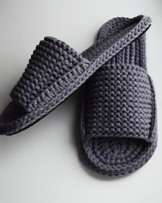 Best 10 Crochet Fast And Comfortable Slippers – SkillOfKing.Com Best 10 Crochet Fast And Comfortable Slippers – SkillOfKing. Easy Crochet Slippers, Crochet Sandals, Crochet Socks, Crochet Baby Shoes, Crochet Clothes, Crochet Men, Diy Crochet, Crochet Slipper Pattern, Knit Shoes