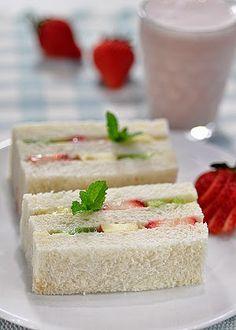 Carol 自在生活 : 鮮果三明治草莓4-5顆,蘋果1/4顆,香蕉1/2支,奇異果1/2顆,吐司3片,煉乳2-3大匙,