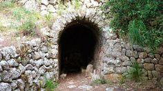 Font de na Llambies: És una font de mina que abastava daigua el monestir de la Cartoixa. En el procés de construcció daquest tipus de fonts primer sexcavava una mina fins a arribar al tall daigua i després es construïa una volta de pedra en sec per tal de protegir lull de la font. Linterior sempedrava amb el rost suficient per afavorir la davallada daigua per gravetat. De la font laigua es conduïa a un aljub de les cases de sa Teulera. La font compta amb una volta de canó lleugerament…
