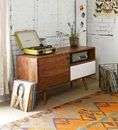 Cálidos fifties   Ventas en WestwingCON MUCHO RITMO  Los muebles de corte retro combinan muy bien con guiños fifties como  un tocadiscos o un teléfono antiguo.