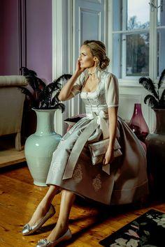 """BRAUTDIRNDL ,,Marie"""" Silber  Die Designerin verleiht diesem Brautdirndl eine feminine Eleganz. Durch dezente Details wie dem Oberteil aus Seidenbrokat und dem passenden Bahnenrock aus Seide in Silber. Nicht fehlen darf natürlich die zauberhafte Schürze aus Taftseide in Silber mit einem originalen Handdruck in Weiß und einer schönen Schleife in Perle. Glitzerhighlights bilden die Swarovski-Kristallsteine - mit subtiler Spannung entführt es in eine andere Welt. Foto by: Victoria Stütz… Trends, Victoria, Shirt Dress, Shirts, Dresses, Swarovski, Fashion, Getting Married, Chic"""