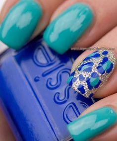 unhas decoradas com oncinhas azuis
