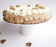 Pavlova cu nuci caramelizate si cacao - imagine 1 mare Pavlova, Tiramisu, Caramel, Deserts, Cake, Ethnic Recipes, Sweet, Food, Pies