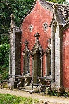 PAINSWICK ROCOCO GARDEN, GLOUCESTERSHIRE: THE FRONT OF THE RED HOUSE