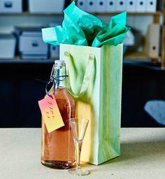Naplňte fľašu niečím špeciálnym a pridajte k nej pohárik. Napíšte k fľaši milý odkaz, všetko zabaľte do farebnej papierovej tašky a dajte ju hosťom ako darček.