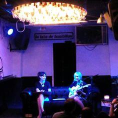 La cantante @soyanamunoz y la ilustradora Coco Escribano fusionando arte y música en la @LATADEBOMBILLAS