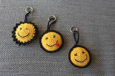Afgelopen week was ik ziek (ik zal jullie de vervelende details besparen) maar het enige wat een beetje ging was zitten. En om afleiding te... Crochet Gifts, Crochet Toys, Crochet Baby, Knit Crochet, Crochet Flower Patterns, Crochet Flowers, Crochet Keychain Pattern, Crochet Accessories, Yarn Crafts
