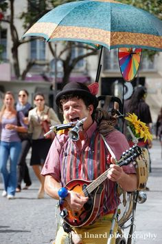 A busker outside the Centre Georges Pompidou in Paris. (c) Lisa Linard Photography.