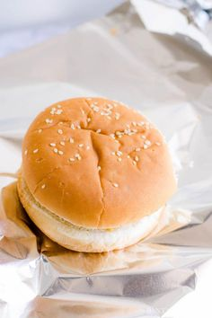 Oven-baked hamburgers - so easy, juicy and there's a trick! Oven-baked hamburgers - so easy, juicy and there's a trick! Oven Hamburgers, Oven Baked Burgers, Oven Baked Steak, How To Cook Hamburgers, Cheeseburgers, Baked Steak Recipes, Hamburger Meat Recipes Easy, Beef Recipes, Potato Recipes