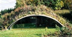 So komfortabel lebt es sich im Erdhaus (Bild: C. Riegler) Mehr (How To Build A Shed With A Loft) Quonset Hut Homes, Earth Sheltered Homes, Earthship Home, House In Nature, Underground Homes, Dome House, Earth Homes, Building A Shed, Green Building