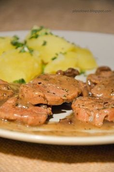 kruche polędwiczki wieprzowe w sosie pieczeniowym z dodatkiem suszonych grzybów