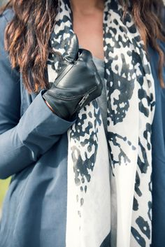 Scarf med leo-print, handskar med zip-detalj och blå kappa   Animal print scarf zip detail leather gloves outfit inspiration spring summer fall   www.mandeldesign.se