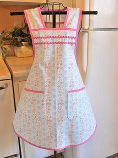 Delantal de la mujer de estilo vintage en azul y rosa