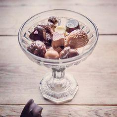 Handmade choclate in Burs, Gotland, Gotlandsgårdens konfektyr – Gotlandstips. Design Crafts, Acai Bowl, Breakfast, Handmade, Food, Acai Berry Bowl, Morning Coffee, Hand Made, Meals