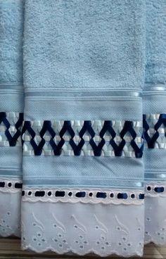 Jogo Toalhas Bordadas com Fita de Cetim 1 Toalha de Banho na cor Azul 70 x 135 cm 1 Toalha de Rosto na cor Azul 41 x 70 cm Marca Santista *Outras cores sob consulta