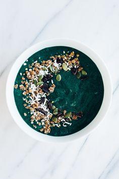 Green Smoothie Bowl w/ Coconut & Dark Chocolate | Parsley Vegan