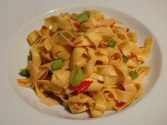 Bandnudeln mit Tomaten und Frühlingszwiebeln: Das perfekte Soulfood, wenn man abends nach Hause kommt und einfach schnell etwas Leckeres auf dem Teller haben möchte. Die Bandnudeln werden gekocht und mit Tomaten und Frühlingszwiebeln in der Pfanne geschwenkt. Fertig ist das Essen in 15 – 20 Minuten. Super!