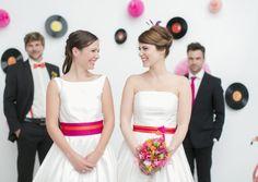noni- Brautkleider mit farbigen Bändern und Gürteln, farbigen Petticoats, Fascinator und Brautsträußen (Foto: Le Hai Linh, Violeta Pelivan, Hanna Witte) (http://www.noni-mode.de)