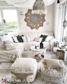 What a bright and happy, bohemian living room. Gritty white shading tones, a characteristic fiber carpet and plants high and low give this layered lounge corner an ultra comfortable vibe. Living Room Furniture, Living Room Decor, Bedroom Decor, Furniture Stores, Furniture Websites, Furniture Outlet, Discount Furniture, Furniture Makeover, Deco Boheme Chic