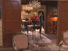 Gilmore Girls: Lorelai's House and the Gilmore Mansion Table Centers, Center Table, English Cottage Bedrooms, Gilmore Girls Lorelai, Gilmore Girls Fashion, Girlmore Girls, Stars Hollow, New England Style, Decoration